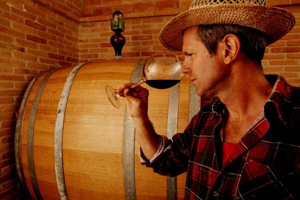 paolo beretta degusta i vini nella propria cantina fiorano