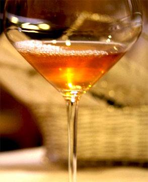 bicchiere di vino bianco macerato - ageno la stoppa