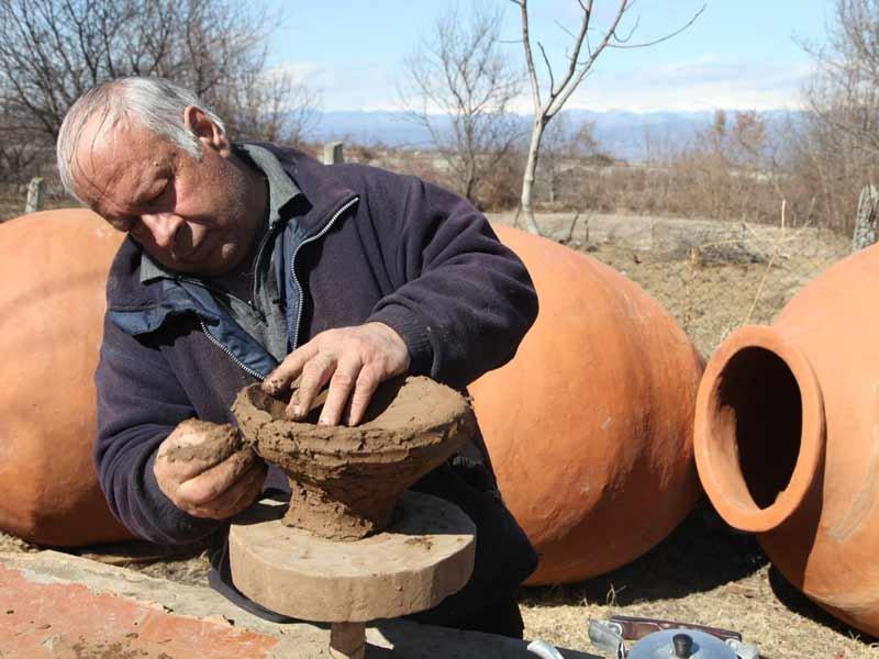 La creazione di un qvevri, anfora per vinificazione in Georgia