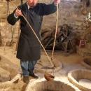 Qui viene estratto il vino da un qveveri per l'assaggio